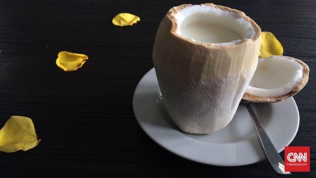 Dengan kandungan potasiumnya yang tinggi, air kelapa memiliki banyak manfaat. Tak hanya untuk meredam sakit kepala, tapi juga kekebalan tubuh.