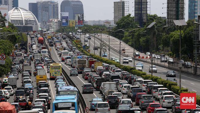 Padatnya kendaraan membuat kemacetan terjadi di jalur Puncak. Polisi memutuskan menutup arus menuju Puncak dan membuka kembali pada pukul 20.00 WIB ini.