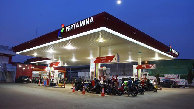 Sejumlah pengendara sepeda motor mengisi bahan bakar jenis Premium dengan cara self service di salah satu SPBU di Jakarta, Rabu (23/12). Pemerintah menurunkan harga bahan bakar jenis premium sebesar Rp150 per liter, yaitu dari Rp7.300 per liter menjadi Rp7.150 per liter, sedangkan solar menjadi Rp5.950 per liter berlaku mulai 5 Januari 2016. ANTARA FOTO/Hafidz Mubarak A./aww/15.