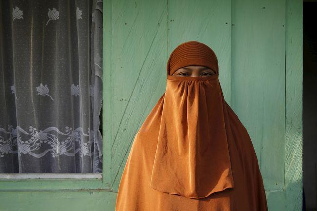 Peran perempuan dalam jaringan terorisme tak bisa dianggap remeh dan kian menjadi ancaman di Indonesia. Mulai dari peran pendukung hingga menjadi 'pengantin'.