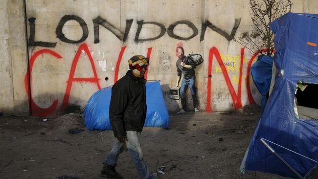 Terowongan tua itu memiliki panjang 300 meter. Seluruh sudutnya sudah tertutup oleh graffiti, bahkan seniman anonim terkenal, Banksy, ikut mencoretnya.