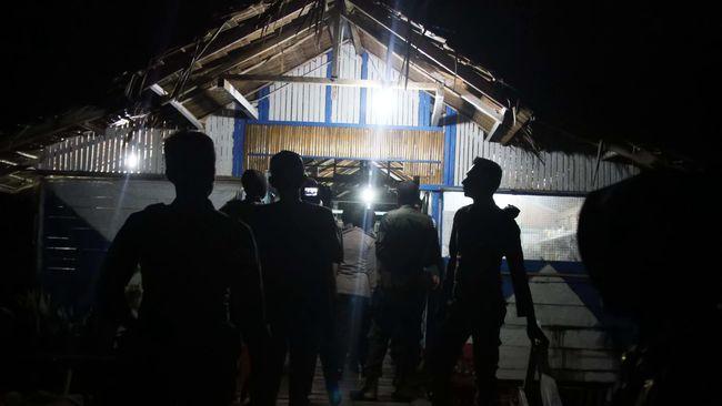 Untuk mencegah penularan Covid-19, polisi membubarkan kerumunan warga di sejumlah wilayah di Jakarta.