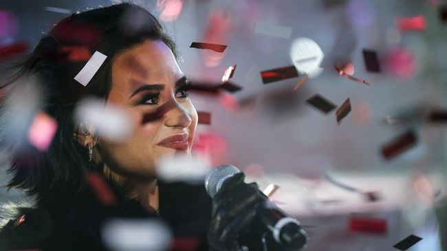 Demi Lovato menangis di depan penggemarnya saat mengenang perjuangannya bebas dari depresi dan kecanduan alkohol serta narkoba, enam tahun lalu.