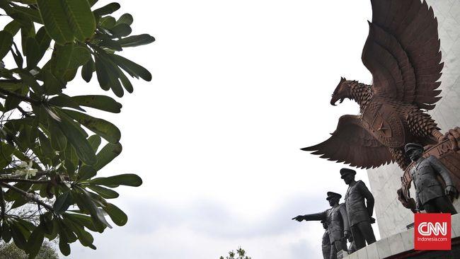Gelap menggayut di langit Lubang Buaya, pusat gempa 30 September 1965 yang diiringi banjir darah setahun seusainya. Di Museum Pengkhianatan, kengerian membekap.
