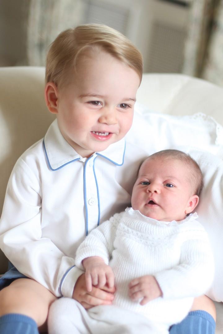 Putri Charlotte kerap menjadi sorotan publik karena tingkahnya yang menggemaskan. Foto yang pertama, Putri Charlotte ketika masih bayi dan dipangku oleh kakaknya, Pangeran George. (Foto: Getty Images)