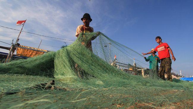 Para nelayan diimbau untuk berhati-hati dan waspada karena gelombang laut relatif cukup besar yang membahayakan keselamatan mereka.