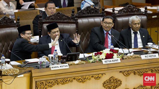 Wakil Ketua Umum Partai Gerindra menegaskan perlu ada yang mengontrol pemerintah Jokowi-JK. Partainya tak gentar tidak bergabung ke pemerintah.