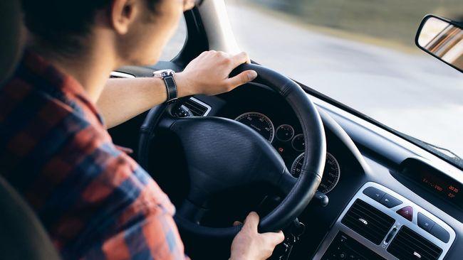 Posisi mengemudi yang baik saat berkendaran jarak jauh. Posisi nyetir yang tepat bisa meningkatkan keselamatan di jalan.