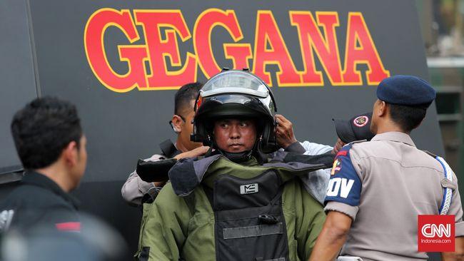 Tim Gegana mengecek sebuah tas mencurigakan di Kembangan Utara, Jakbar, yang ternyata berisi pakaian dan makanan.