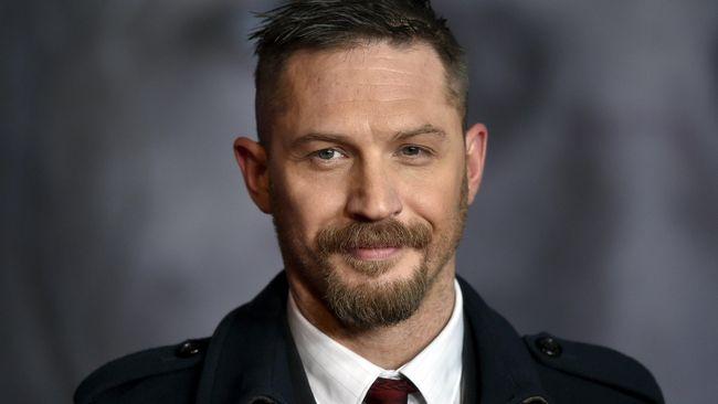 Christopher Nolan bereaksi ketika banyak ledekan terhadap Tom Hardy yang hampir selalu tampil 'tanpa wajah' dalam film yang ia garap.
