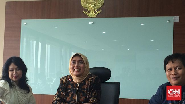 Tak hanya faktor Lebaran, penyaluran gaji ke-14 bagi pegawai negeri sipil (PNS) juga turut mendongkrak penjualan Sarinah di daerah-daerah luar Jakarta.