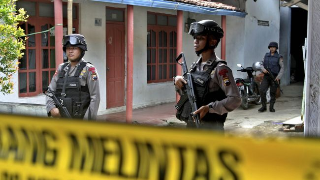 Polri menyebut satu dari 20 orang yang diamankan dalam penangkapan terduga teroris kelompok JAD di Makassar masih dirawat di RS usai tertembak.