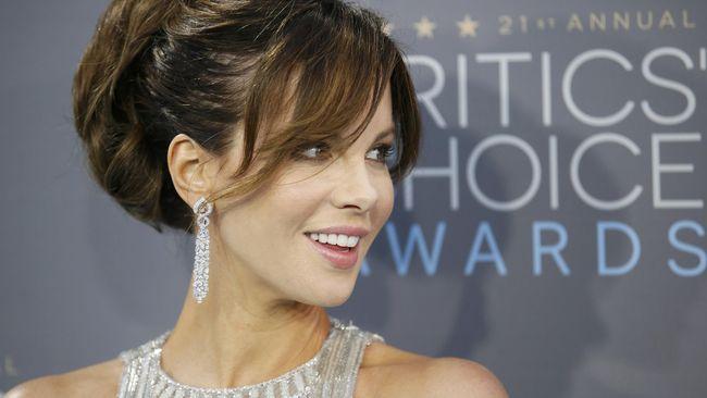 Aktris Kate Beckinsale menggemparkan dunia maya setelah dia mengungkapkan dirinya baru saja melakukan facial super mahal yang disebut penis facial.