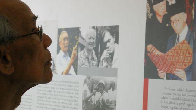 Selama dipenjara tanpa pengadilan, Sitor Situmorang dilarang membaca dan menulis. Senjatanya hanya pensil selundupan dan kertas bekas rokok.
