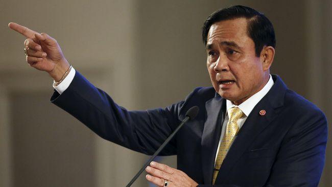 PM Thailand, Prayuth Chan-ocha, memerintahkan pembubaran junta militer. Namun, Prayuth tetap mempertahankan kewenangan kuat militer dalam masyarakat.