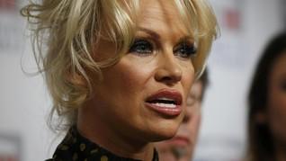 Pamela Anderson Bicara Rumor Cinta dengan Pendiri WikiLeaks
