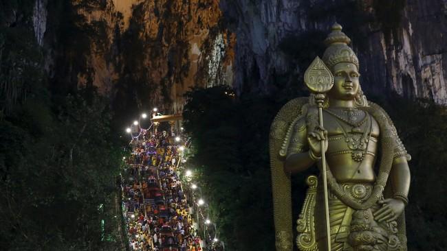 Umat Hindu di Malaysia, meskipun minoritas, berbondong-bondong merayakan Festival Thaipusam di Batu Caves, pada Minggu (24/1).