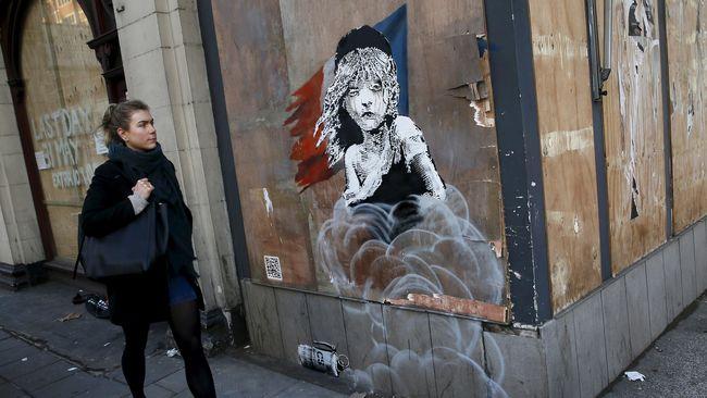 Dari Australia sampai Bethlehem, Banksy mencorat-coret tembok dengan tulisan dan gambar yang berisi kritik sosial.