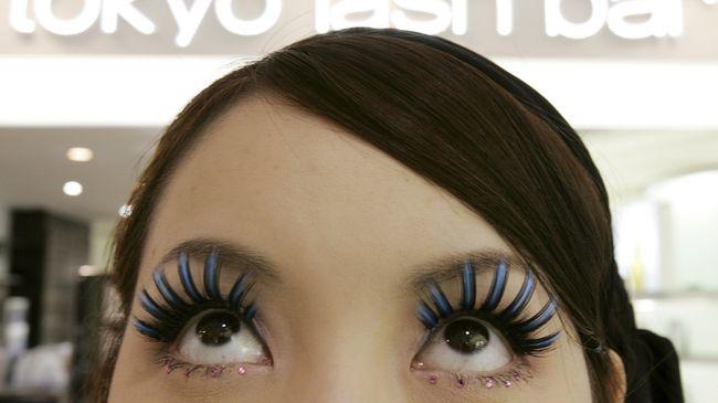Tren eyelash extention tengah naik daun. Ada beberapa hal yang harus diperhatikan sebelum Anda menanam bulu mata palsu.