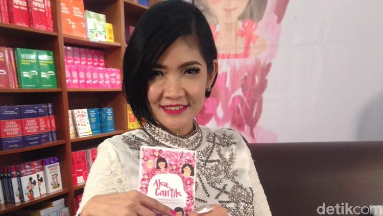 Novelis Fira Basuki memberikan dukungan manis berupa surat terbuka untuk Istri Bani 'Seventeen'.