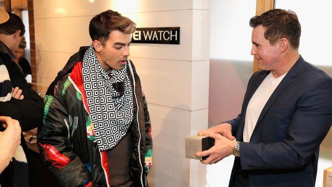 Jaket mangkuk ayam jago yang dipakai Joe Jonas ternyata buatan desainer Indonesia, Sherly Hartono dari lini busana Hartono di koleksi Autumn Winter 2015.