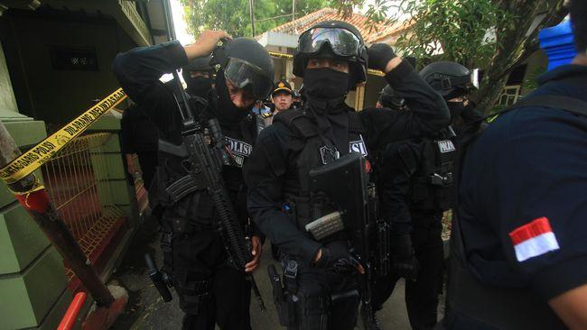 Kedua tersangka yang ditangkap juga merupakan buron kasus pelatihan militer di Aceh. Mereka menyembunyikan Humaidi, pelaku serangan Thamrin.