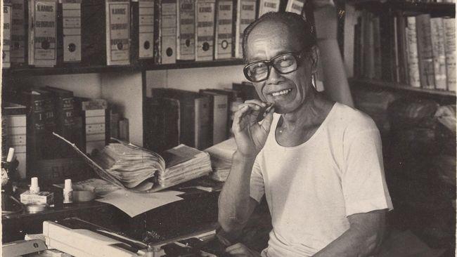 Pramoedya Ananta Toer, sastrawan yang menulis novel Bumi Manusia, melahirkan karya-karya besar yang sarat unsur sejarah pergolakan Indonesia.