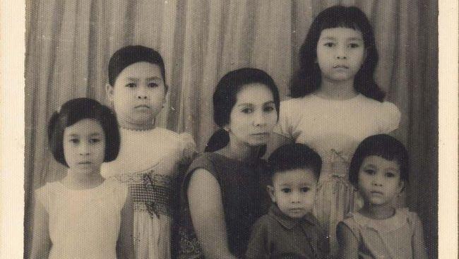 Keluarga Pramoedya Ananta Toer harus menerima beragam ancaman dan teror semasa sang sastrawan jadi tahanan politik dan diasingkan di Pulau Buru.