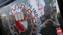 Massa Buruh Jatim Geruduk Kantor Khofifah Tuntut Upah Layak