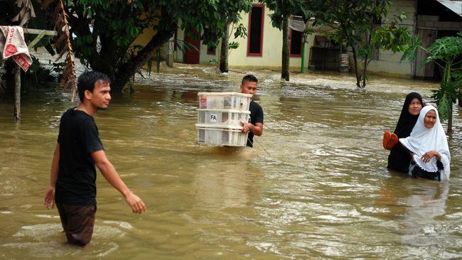 Setidaknya 80 rumah warga di Kecamatan Badau, Kalimantan Barat, yang terletak di perbatasan Indonesia-Malaysia terkena dampak banjir sejak Kamis (13/5).