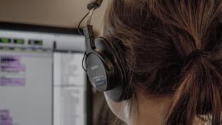 Cara Buat Podcast Dana Minim, Hindari Rekaman Siang Hari