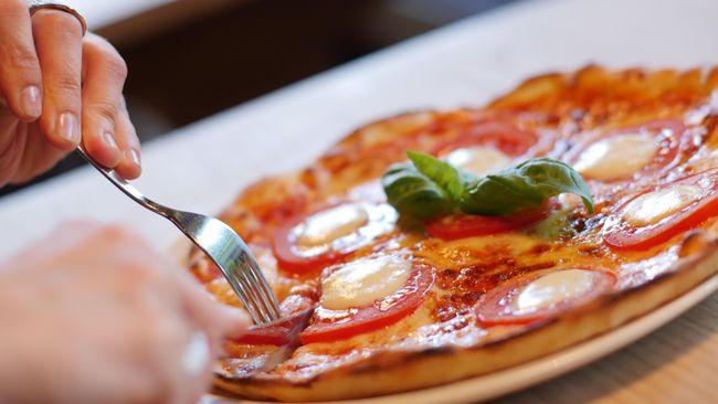 Sejumlah jurnal membeberkan konsumsi fast food terlalu sering berdampak buruk bagi kesehatan tubuh karena tinggi akan gula, garam hingga lemak jenuh.