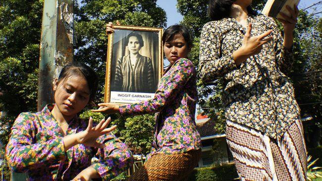 Keluarga Inggit Garnasih berharap pemerintah menebus surat nikah dan akta cerai Sukarno-Inggit yang kini ditawar Rp100 miliar.