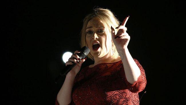 Rusaknya pita suara sang pelantun Hello membuat Adele sampai tak boleh berbicara. Ia akhirnya menggunakan bahasa isyarat, bahkan pada suaminya.