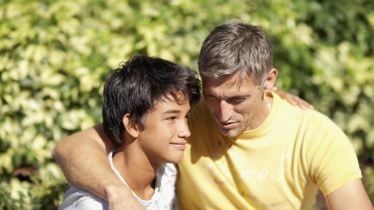 Keterlibatan ayah saat bermain dengan anak itu ada manfaatnya lho, Bun. Simak penjelasan ahli ini, yuk.