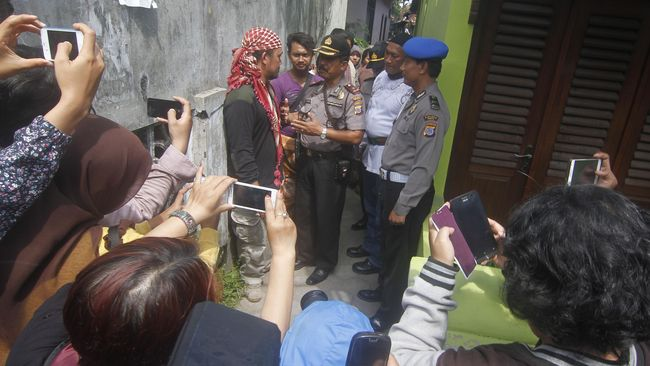 Front Jihad Islam Yogyakarta mendatangi Pondok Pesantren Al-Fattah Waria setelah mendengar rumor tempat itu sedang menyusun Fiqih Waria.