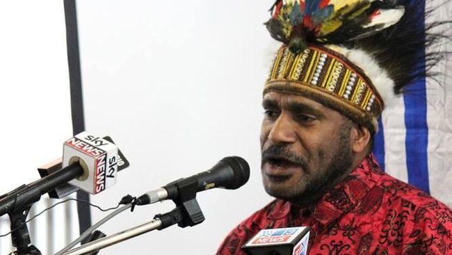 Benny Wenda mendeklarasikan kemerdekaan Papua, namun Organisasi Papua Merdeka tidak mau mengakui.