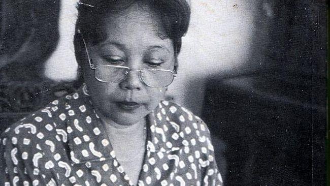 Nh Dini kerap menuturkan kisah cinta dan sosial yang dipotret dari sudut tersendiri. Ia pun menerima beberapa penghargaan bergengsi dalam dunia sastra.