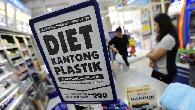 Mal, swalayan, dan pasar rakyat dilarang menggunakan kantong plastik. Pelanggaran akan didenda hingga Rp25 juta.