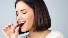 Makan Sambil Menutup Mata Bisa Bikin Langsing