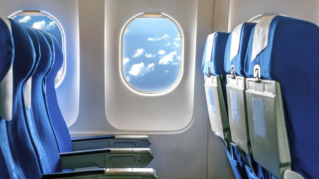 Riset teranyar dari Pusat Pengendalian dan Pencegahan Penyakit AS menunjukkan mengosongkan kursi tengah pesawat mengurangi risiko penumpang terpapar Covid-19.
