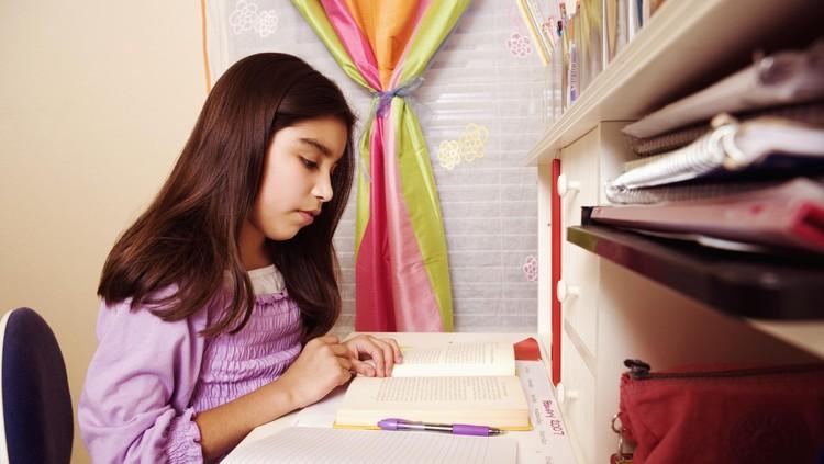 Supaya anak mau belajar atau dapat nilai bagus, kadang orang tua mengiming-iminginya hadiah. Bagus nggak sih cara ini?