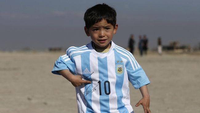 Murtaza Ahmadi, seorang bocah dari Afghanistan meminta bantuan Lionel Messi karena diburu Taliban.