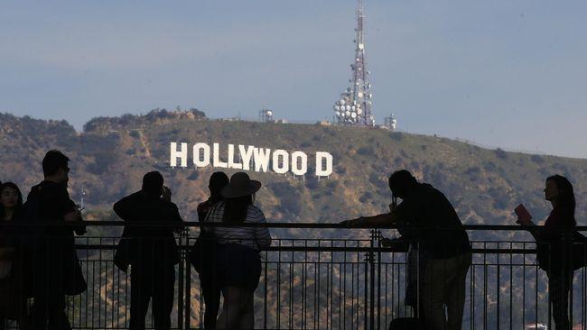 Hollywood identik dengan pusat industri film di Amerika. Istilah 'wood' kemudian digunakan di daerah-daerah lain di dunia yang juga jadi pusat industri film.