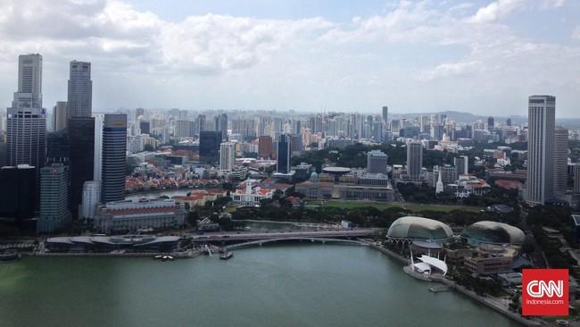Sands Skypark Observation Desk adalah lokasi di mana pengunjung bisa menikmati pemandangan Singapura dari salah satu gedung tertinggi di Kota Singa tersebut.