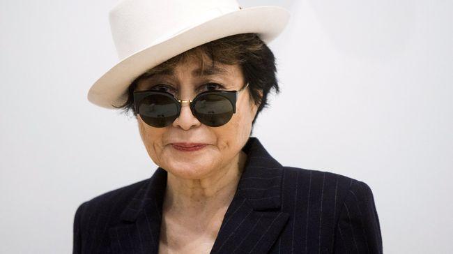 Sebuah batu bertulisan tangan seniman Yoko Ono dicuri dari Gardiner Museum, Toronto, Kanada.