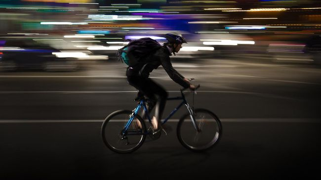 Bersepeda memang tengah jadi tren di Indonesia khususnya di Jakarta. Ada yang suka bersepeda di pagi hari dan ada juga yang malam hari.