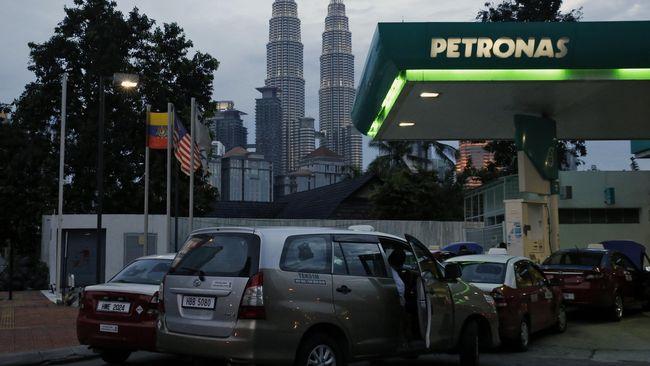 Harga jual BBM RON 95 dan RON 97 di Malaysia turun 15 sen dan 10 sen ringgit per liter mulai Selasa dini hari, sementara harga diesel tidak berubah.