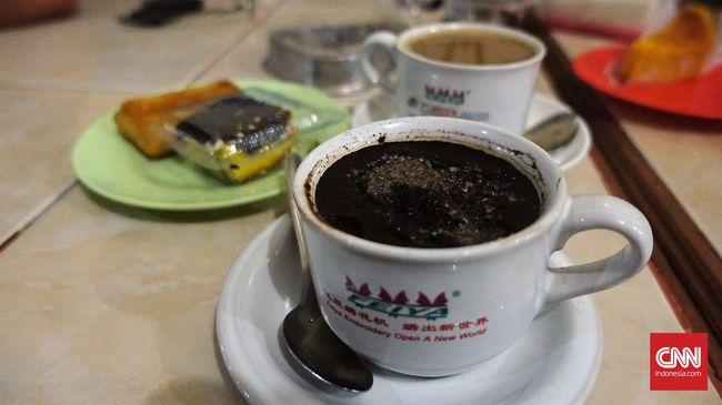 Di balik filosofi kopi tubruk yang sederhana, ada cita rasa yang kental, pekat, dan kuat. Simak cara meminum dan menikmati kopi tubruk.