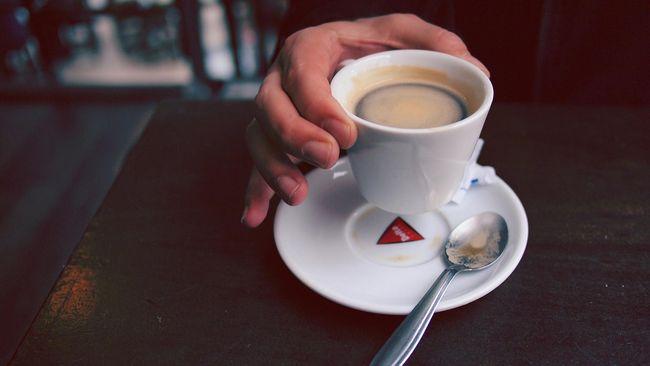 Banyak orang beranggapan kalau mereka pasti butuh kopi sesaat setelah bangun tidur. Jika tak dapat kopi, mereka merasa produktivitasnya bakal terganggu.